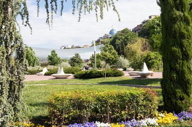 Rike park è l'area ricreativa centrale nella città vecchia, situata sulla riva del fiume kura a tbilisi, in georgia Foto Premium