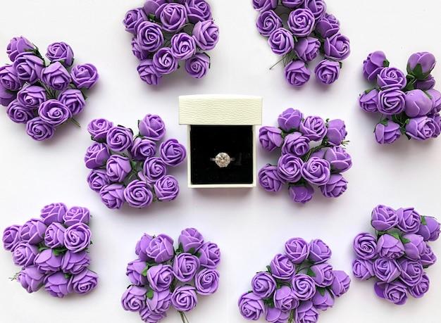 Anello per proposta di matrimonio decorato con fiori decorativi. sfondo di san valentino.