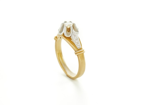 Anello in oro giallo e bianco con diamanti.