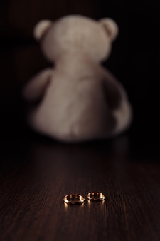 Anelli e orsacchiotto come simbolo del bambino diritto di famiglia