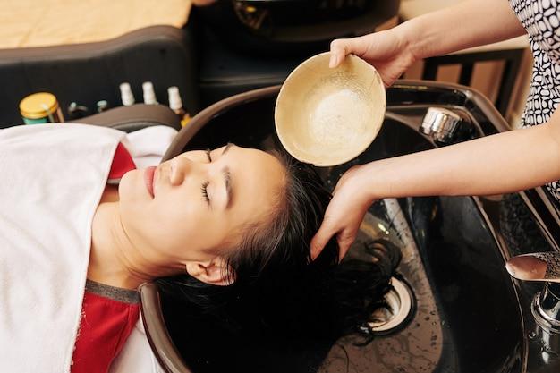 Risciacquo dei capelli con trattamento