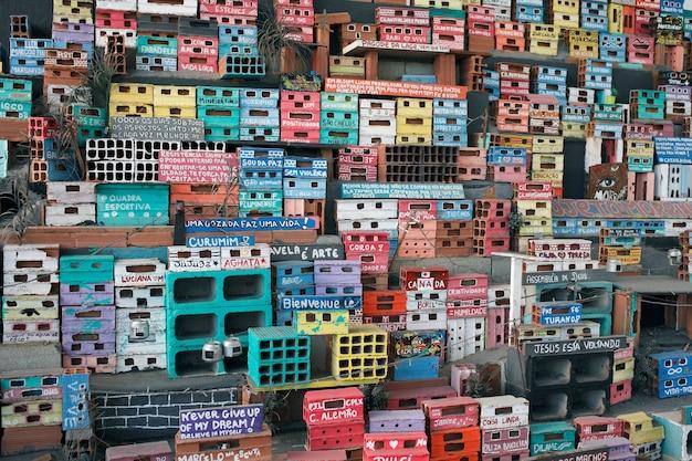 Rio de janeiro, brasile - 26 settembre 2017: rappresentazione in miniatura di una colorata comunità di favela, parte del progetto sociale projecto morrinho.