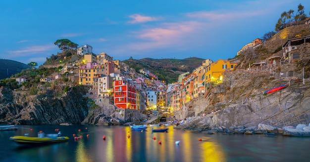 Riomaggiore, paesaggio urbano variopinto sulle montagne sopra il mar mediterraneo in cinque terre italia europe