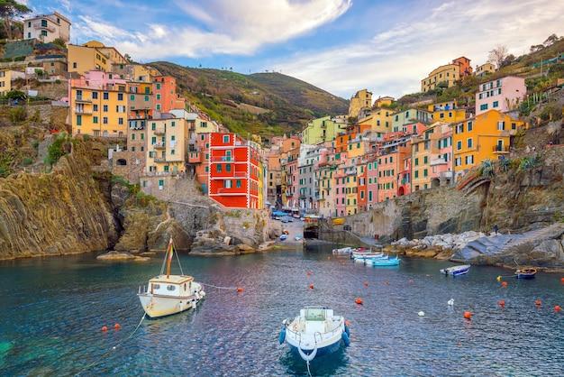 Riomaggiore, la prima città delle cique terre sequenza di città collinari in liguria, italia