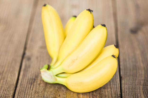 Frutta tropicale della banana matura su fondo di legno, banana fresca