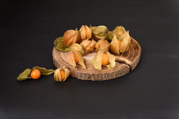 Physalis della bacca matura sulla tavola di legno.
