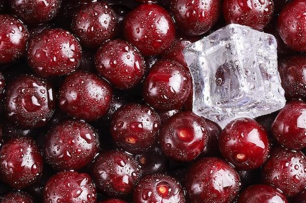 Ciliegie mature con ghiaccio in freschezza