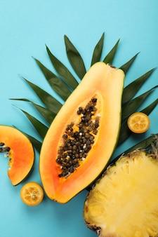 Frutti esotici freschi maturi su sfondo blu.