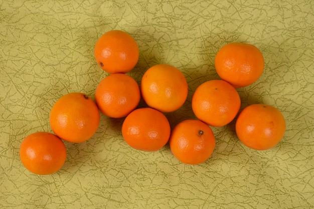 Mandarini freschi maturi su uno sfondo verde chiaro