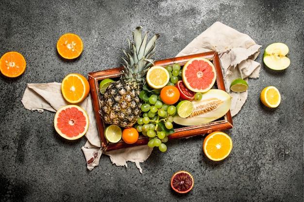 Frutti maturi nel vecchio vassoio. su fondo rustico.