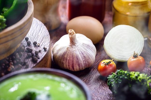 Aglio maturo nella sua pelle, usato come ingrediente nella zuppa calda invernale, cucina rurale brasiliana