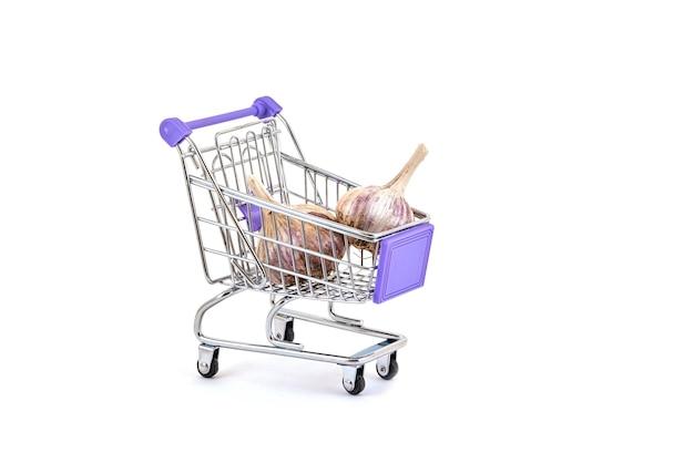 Aglio maturo in un carrello del supermercato su un bianco
