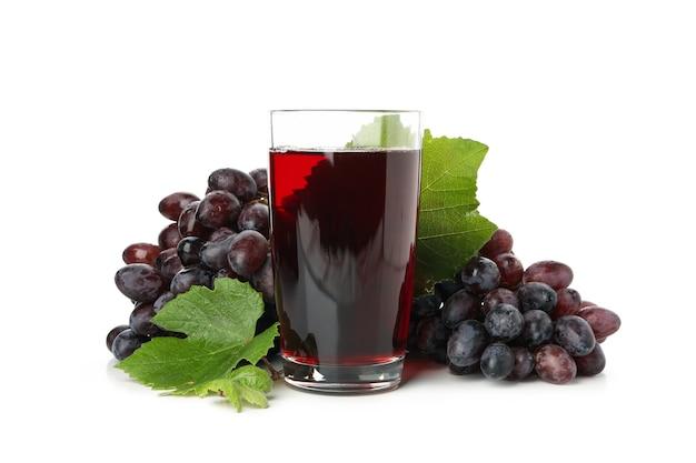 Uva matura e bicchiere di succo isolato su bianco