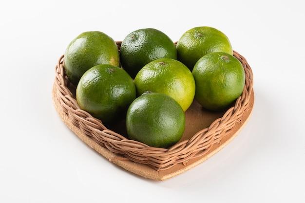 Merce nel carrello di frutta matura di limone verde a forma di cuore.
