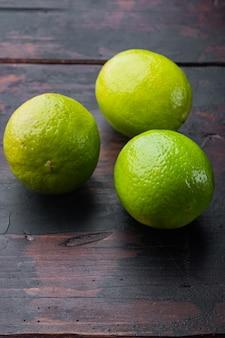 Set di lime verde maturo, su un vecchio tavolo di legno