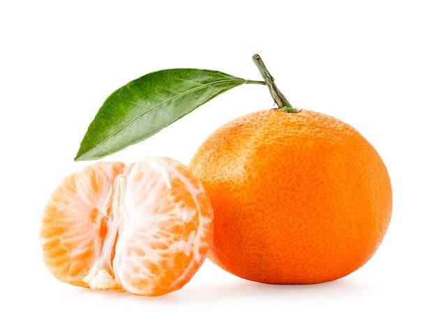 Mandarino maturo con foglia e mezzo primo piano sbucciato su priorità bassa bianca. isolato