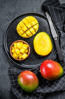 Un mango maturo. tagliare a cubetti la frutta tropicale