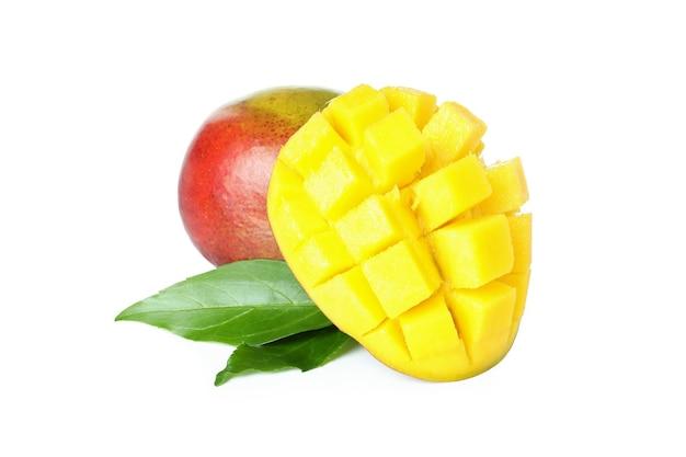 Frutto di mango maturo isolato su superficie bianca