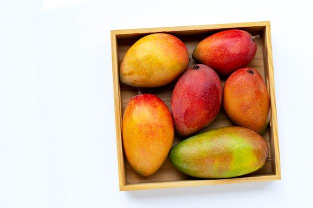 Mango maturo in una scatola di legno Foto Premium