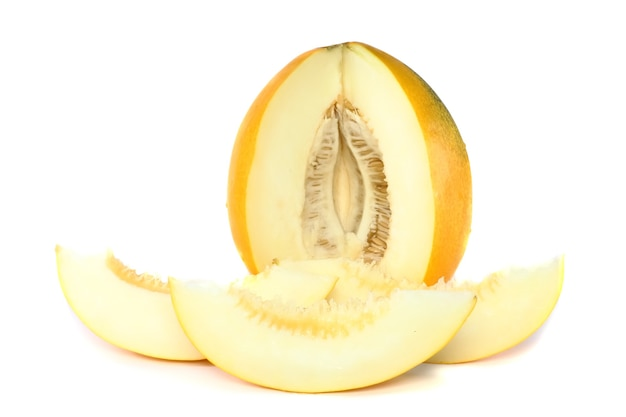 Melone maturo con affettato su sfondo bianco. isolato