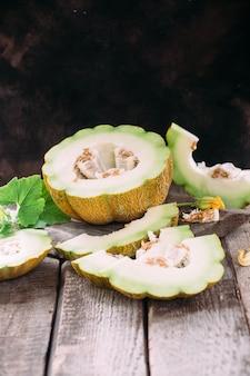 Melone maturo su fondo di legno da vicino