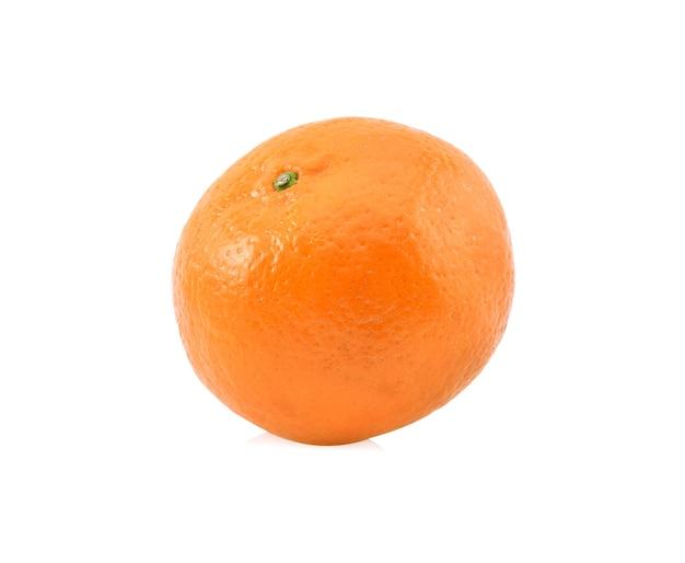 Arancio maturo isolato su sfondo bianco