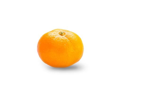 Mandarino arancio maturo su un bianco