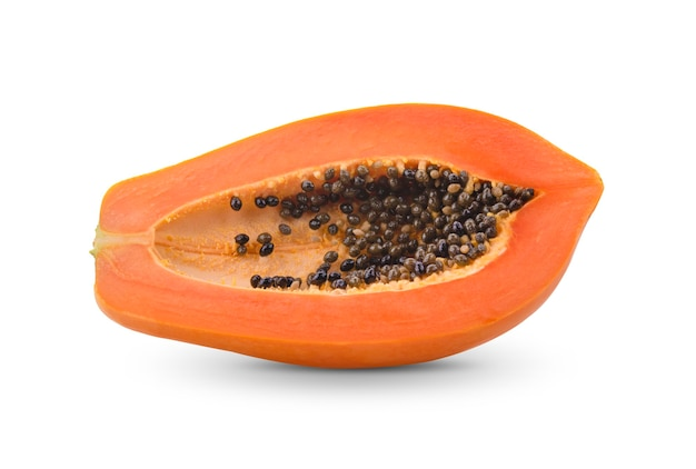 Papaya matura, tagliata a metà isolata su bcakground bianco