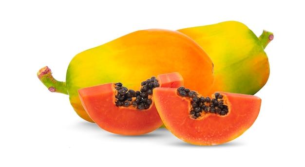 Papaya matura, tagliata isolata su sfondo bianco