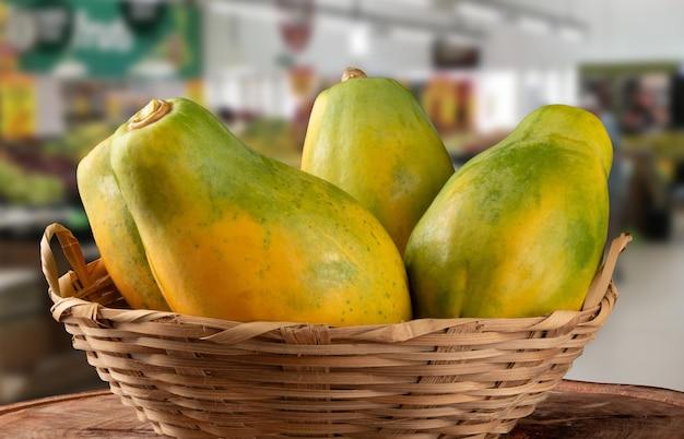 Merce nel carrello matura della frutta della papaia su superficie vaga.