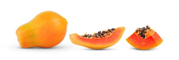 Frutta matura della papaia isolata su bianco