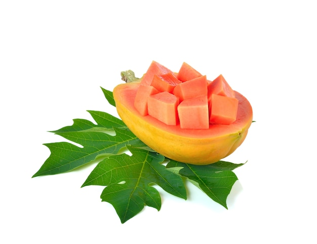 Frutta matura della papaia sulla parete bianca