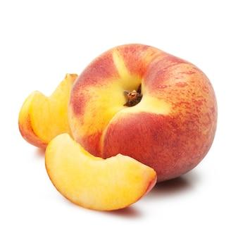 Pesche mature frutta slises su sfondo bianco
