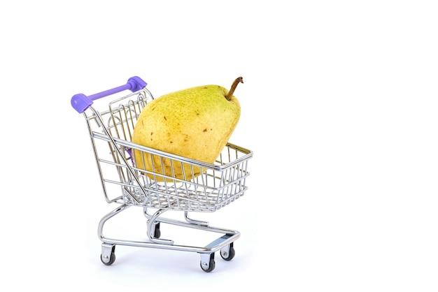 Pera matura in un carrello del supermercato su un bianco