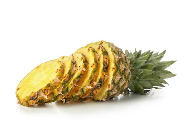 Fette di ananas maturo isolato su priorità bassa bianca