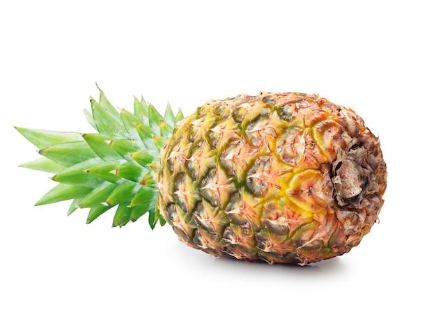Ananas maturo su uno sfondo bianco