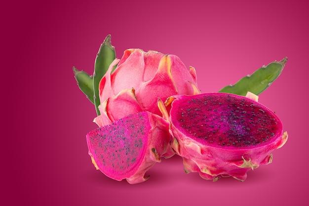 Frutta matura di pitahaya o frutta del drago con metà isolata su fondo rosso