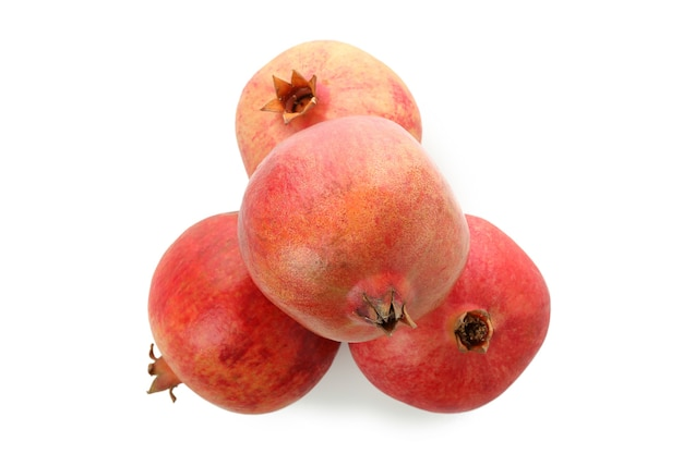 Frutti maturi del melograno isolati su fondo bianco