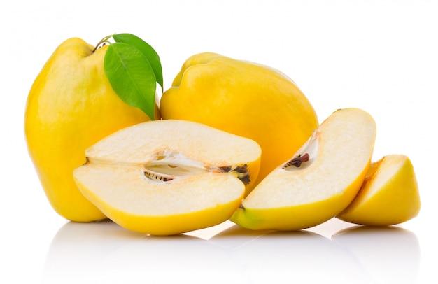 Frutti di mela cotogna matura con foglia e fetta isolata