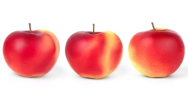 Mele rosso-gialle mature su un bianco isolato.