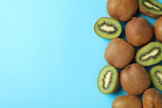 Kiwi dolce maturo sulla superficie del blu