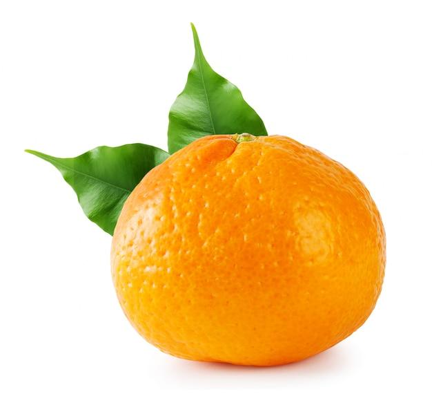 Mandarino maturo con foglie verdi