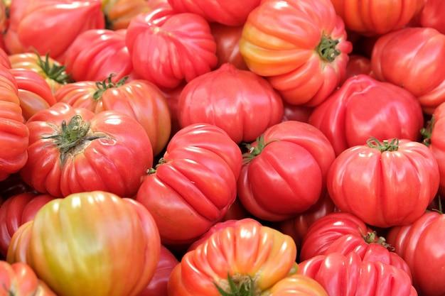 Pomodori maturi al mercato locale nel sud della spagna