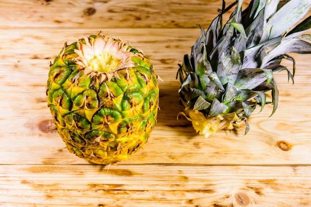 Ananas intero maturo sulla tavola di legno rustica