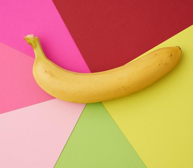 Banana gialla matura su una priorità bassa colorata