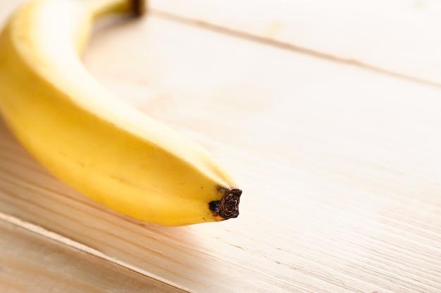 Banana gialla matura sul tavolo di legno