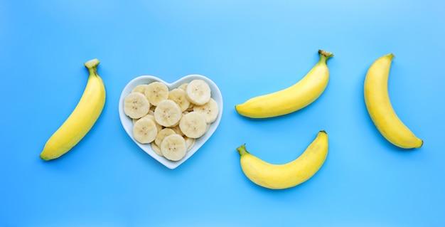 Banane gialle mature su fondo blu.