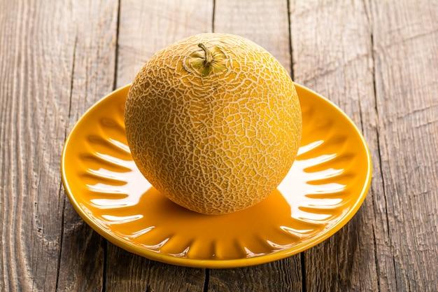 Melone giallo maturo sul piatto