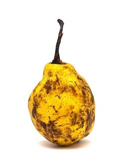 Pera gialla matura isolata su fondo bianco