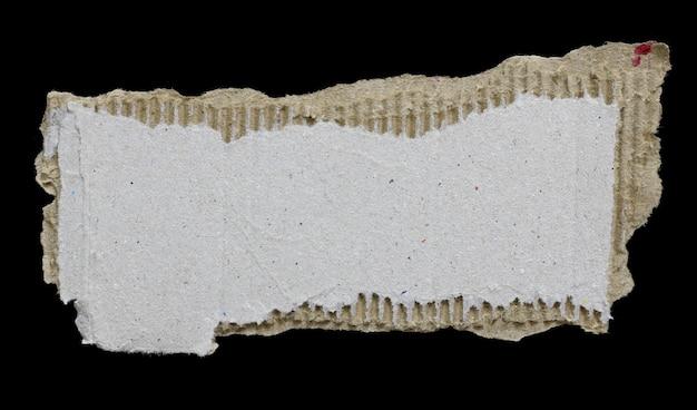 Carta strappata isolata su sfondo nero spazio vuoto per il testo